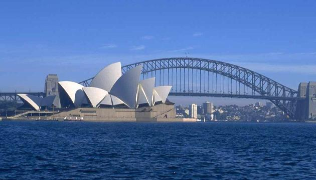 Syndey Opera House with Sydney Harbour Bridge in the background, Sydney, Australia